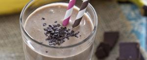 Smoothie-banane-cacao-avocat-1000x410